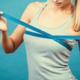 ナイトブラのサイズを測る女性